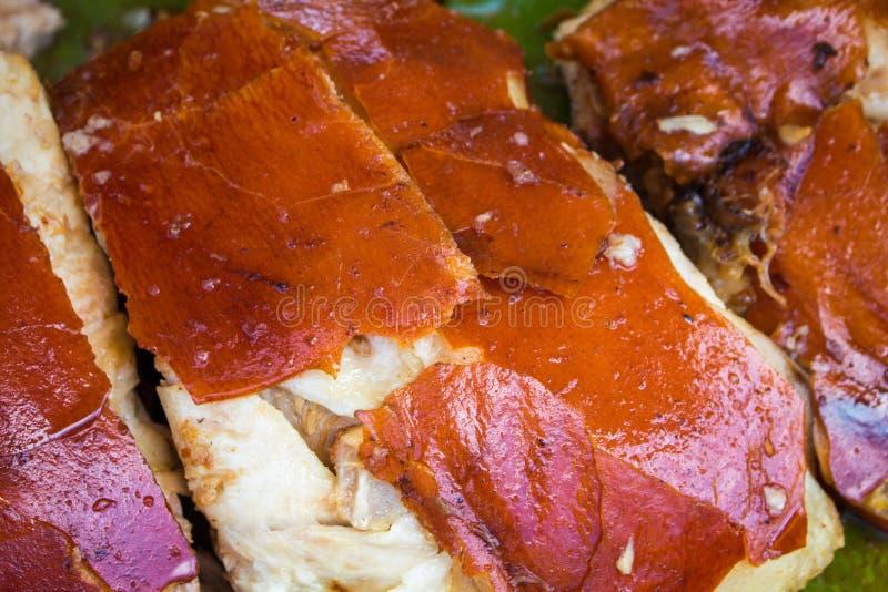 Viande de porc juteuse cuite sur le gril Barbecue découpé en tranches de porc avec la peau d'or photos stock