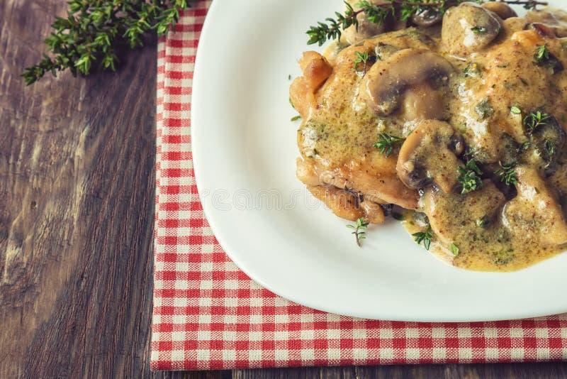 Viande de poulet avec la sauce aux champignons et le thym images libres de droits