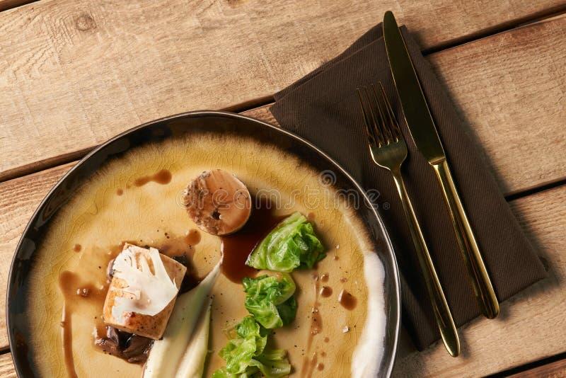 Viande de saucisse bavaroise de poulet avec le chou commun cuit au four photos stock