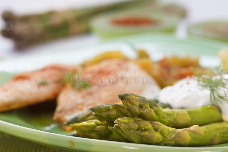 Viande et asperge de sein de poulet rôti avec de la sauce du plat vert photos stock