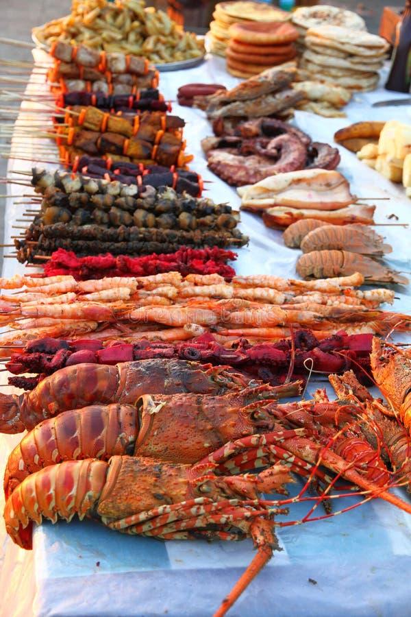 Viande et fruits de mer de BBQ à un marché extérieur photos libres de droits