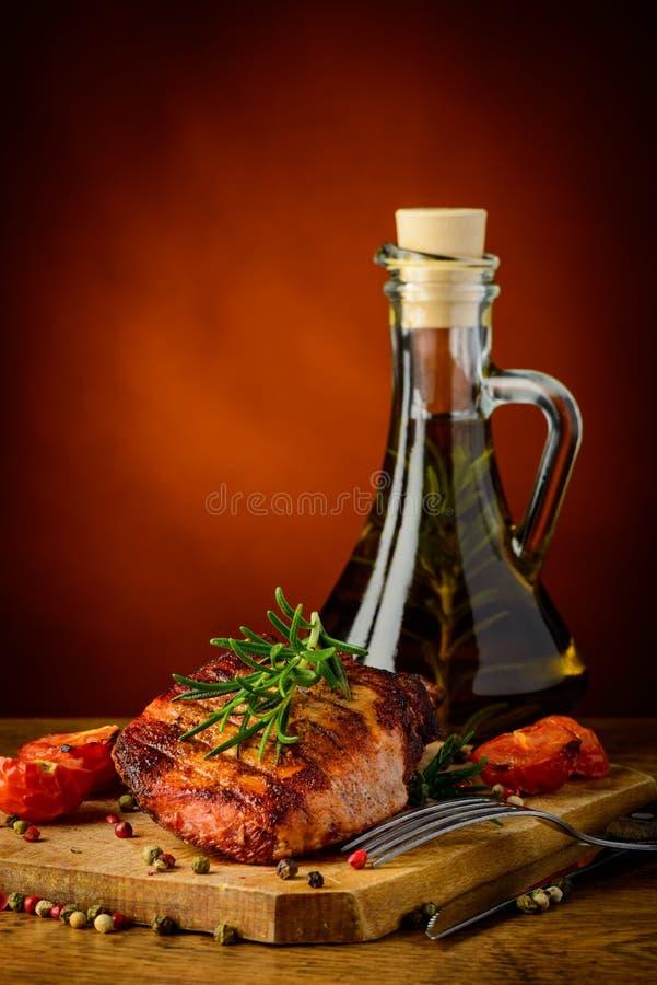 Viande et huile d'olive grillées images libres de droits