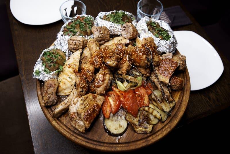 Viande et légumes cuits au four images libres de droits