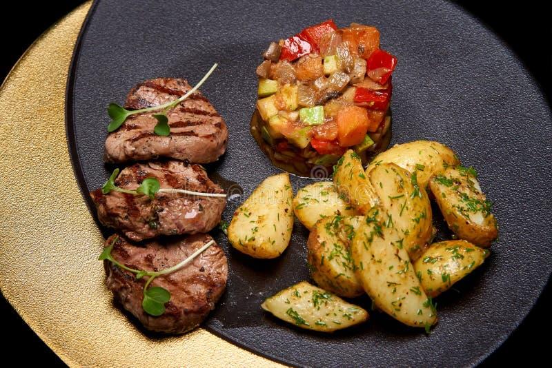 Viande et légumes cuits au four sur le plat image libre de droits