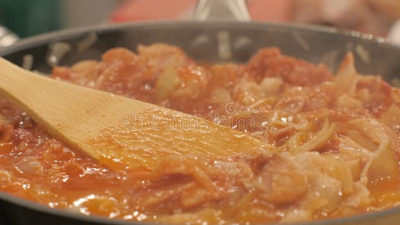 Viande et légumes de ragoût bouillant dans la fin de poêle  Concept culinaire photo stock