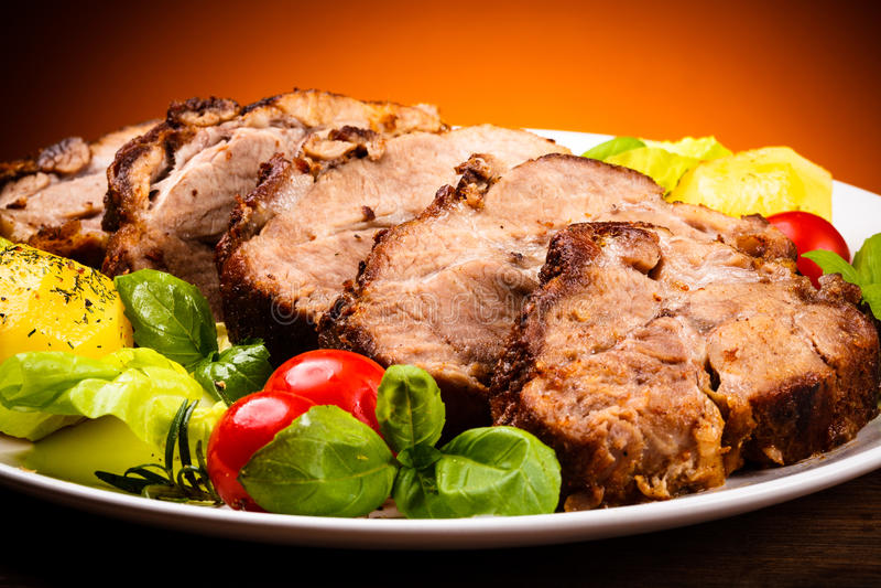 Viande et légumes rôtis image stock