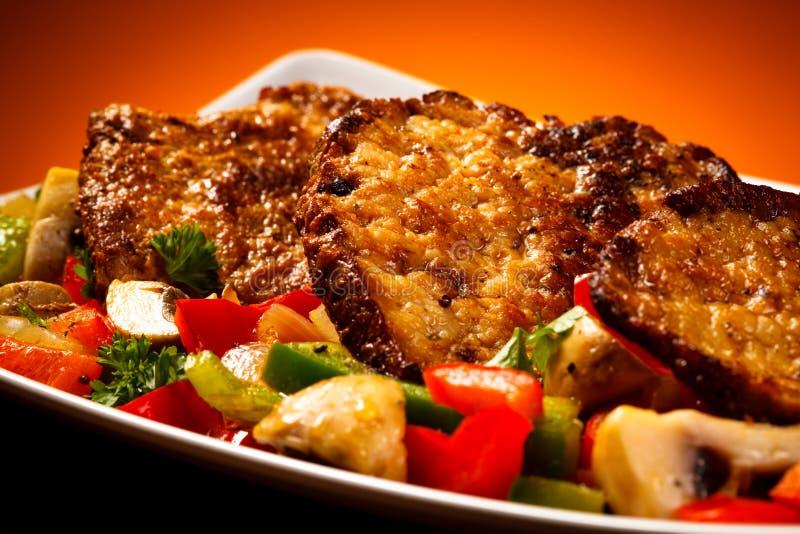 Viande et légumes rôtis images stock
