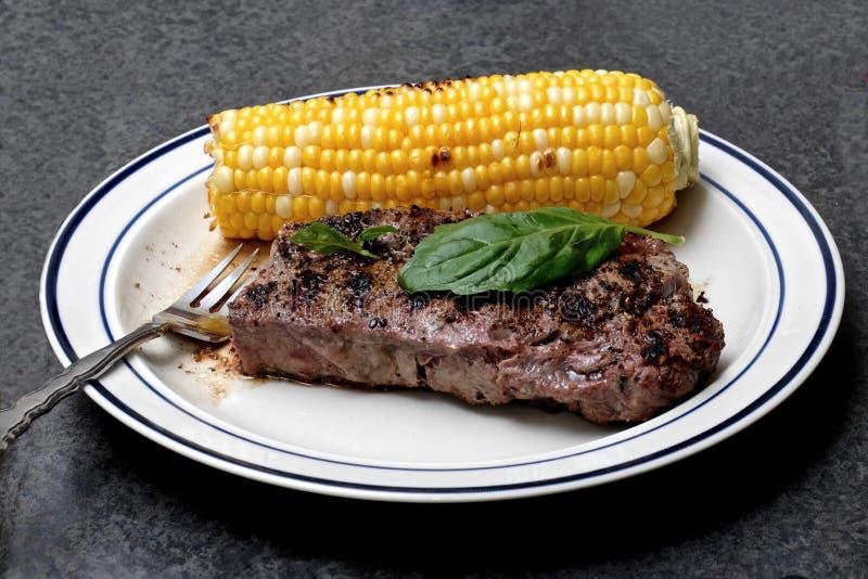 Viande et maïs grillés du plat photo libre de droits
