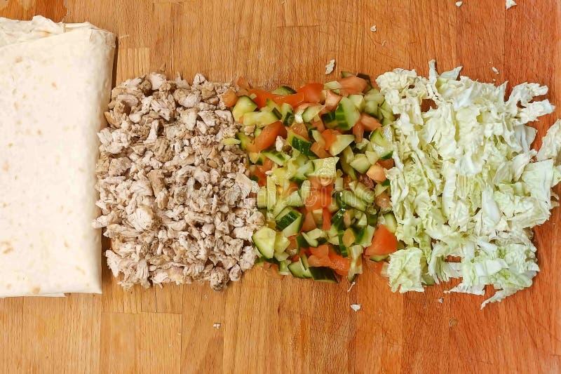 Viande et pain pita Concombres, tomates et laitue Ils se trouvent sur la planche ? d?couper Ingr?dients coup?s et pr?par?s pour l photos stock