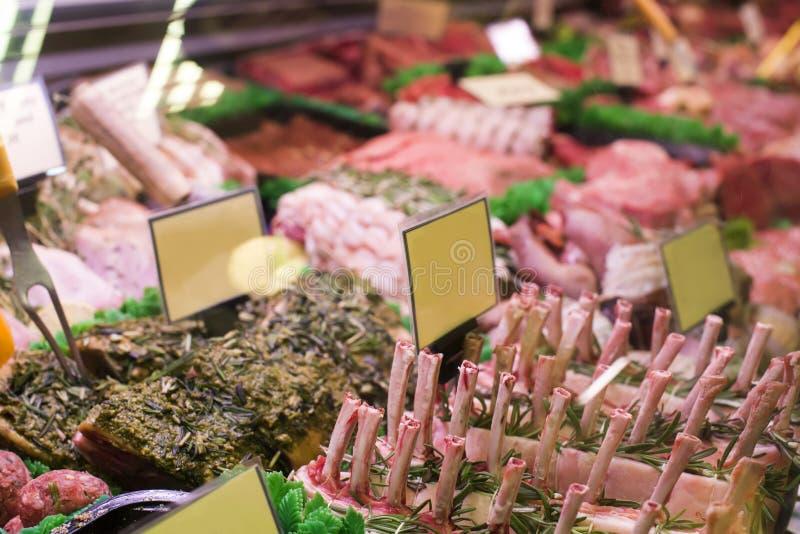 Viande et saucisses dans une boucherie photographie stock