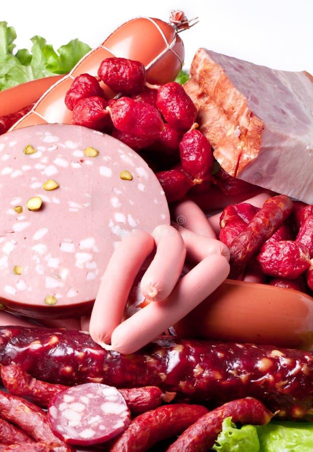 Viande et saucisses sur des feuilles de laitue. photo libre de droits