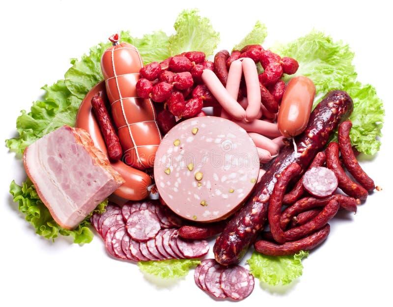 Viande et saucisses sur des lames de laitue. images stock
