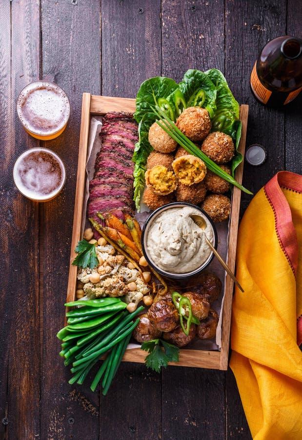 Viande, falafel, ghanoush de baba, légumes dans une boîte Nourriture de Halal L'espace pour le texte Vue supérieure photographie stock