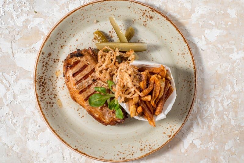 Viande fraîche de BBQ de plat en bois avec de la sauce, la pomme de terre et l'oignon Concept de menu image stock