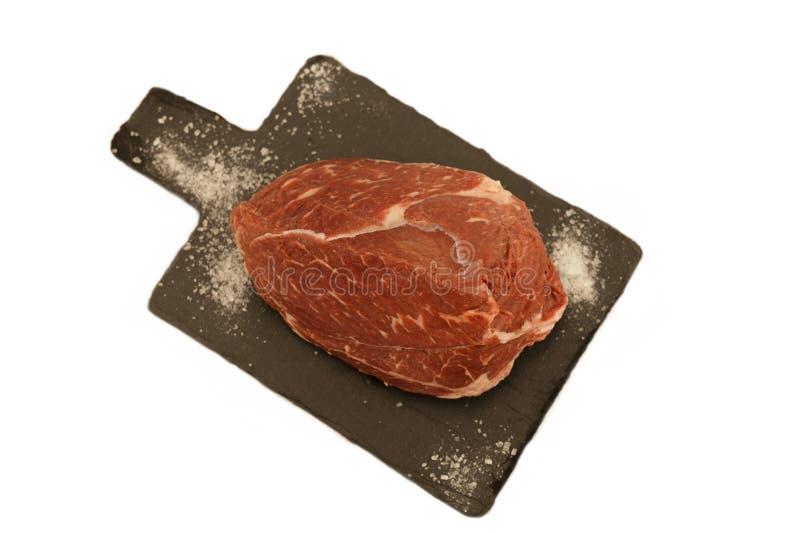 Viande fraîche sur la planche à découper avec le couteau et le sel Objet d'isolement photo stock
