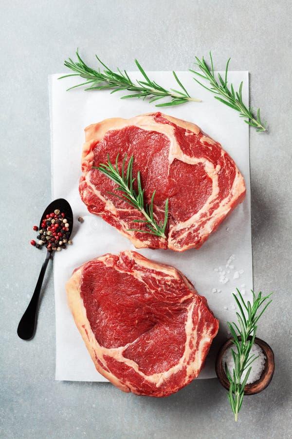 Viande fraîche sur la vue supérieure de table de cuisine Bifteck et épices de boeuf crus pour la cuisson photo stock
