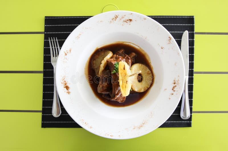 Viande frite avec des anneaux d'ananas Arrangement de Tableau dans a photo libre de droits