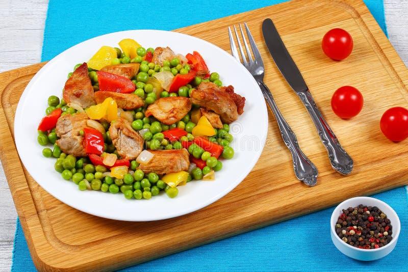 Viande frite avec les pois, oignon, paprikas image stock