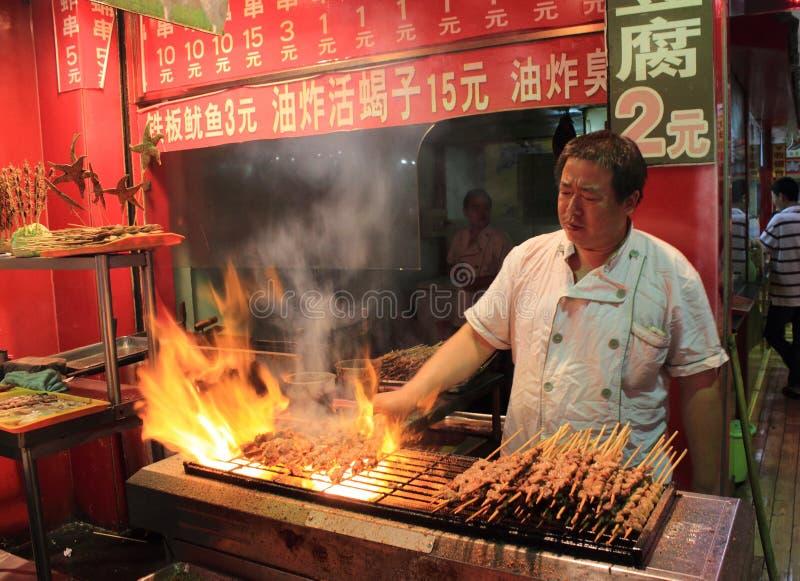 Viande grillée au marché de nourriture de nuit à Pékin photo libre de droits