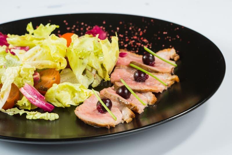 Viande grillée avec de la laitue Du plat noir photographie stock libre de droits