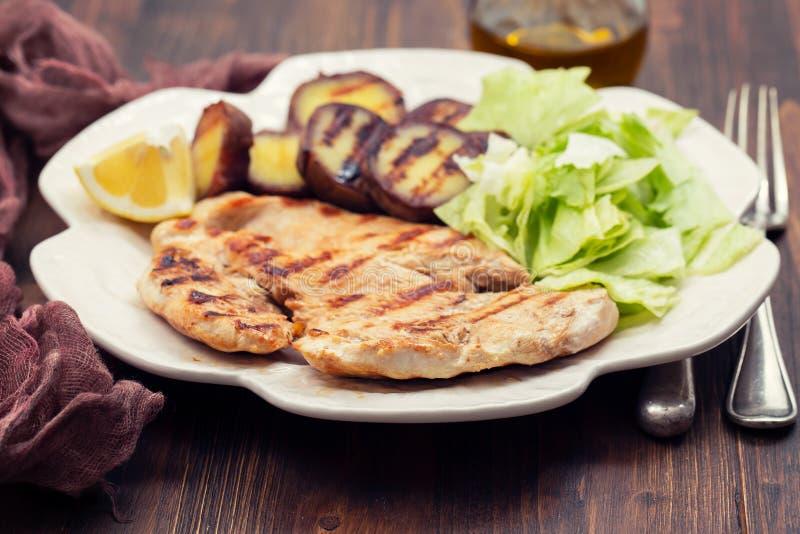 Viande grillée avec de la salade et la patate douce sur le beau plat blanc image stock