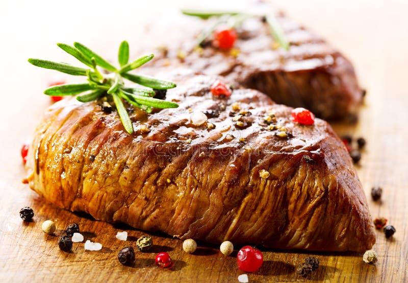 Viande grillée avec le romarin image stock