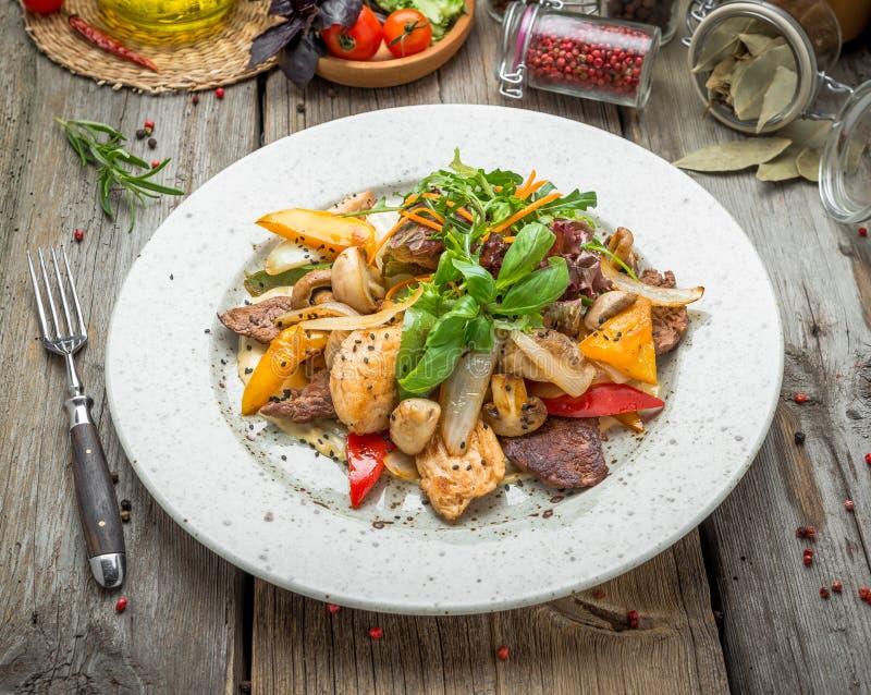 Viande grillée avec les légumes rôtis, ressort, pique-nique d'été, nourriture savoureuse images stock