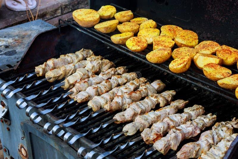 Viande grillée avec les pommes de terre frites et viande aussi bien que chiches-kebabs photo libre de droits