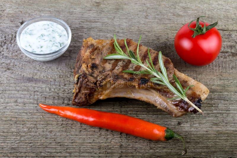 Viande grillée chaude avec des légumes et la marinade de vinaigre crémeuse photographie stock libre de droits