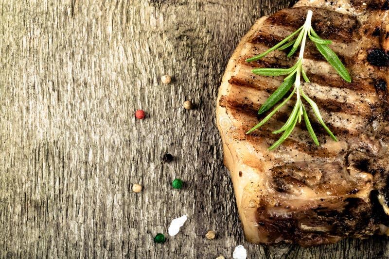 Viande grillée chaude avec des légumes et marinade de vinaigre crémeuse sur le vieux conseil en bois gris images stock