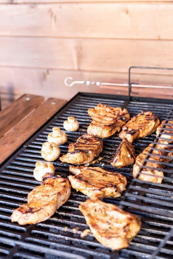 Viande grillée délicieuse sur le gril Bifteck de boeuf sur la grille de gril, flammes sur le fond Barbecue et gril, nourriture dé photos stock