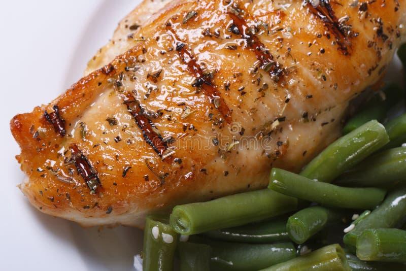 Viande grillée de poulet avec les haricots verts. vue d'en haut images libres de droits
