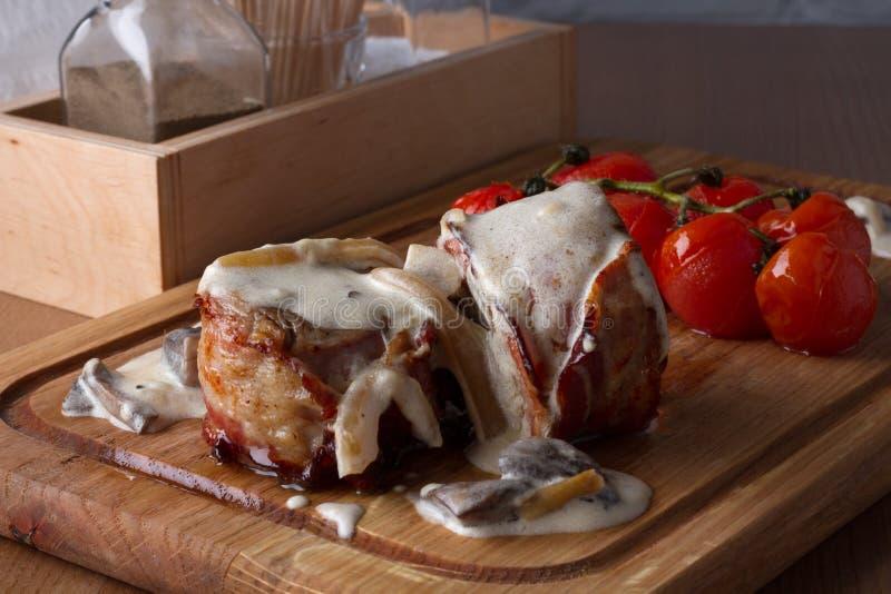 Viande grillée enveloppée en lard image libre de droits