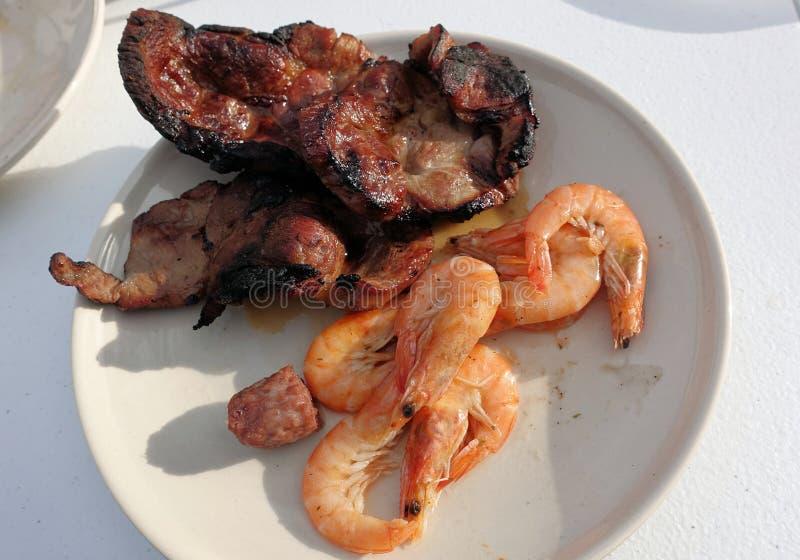 Viande grillée sur le feu et les crevettes du plat photo stock