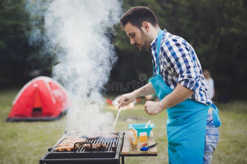 Viande grillante masculine belle extérieure images libres de droits