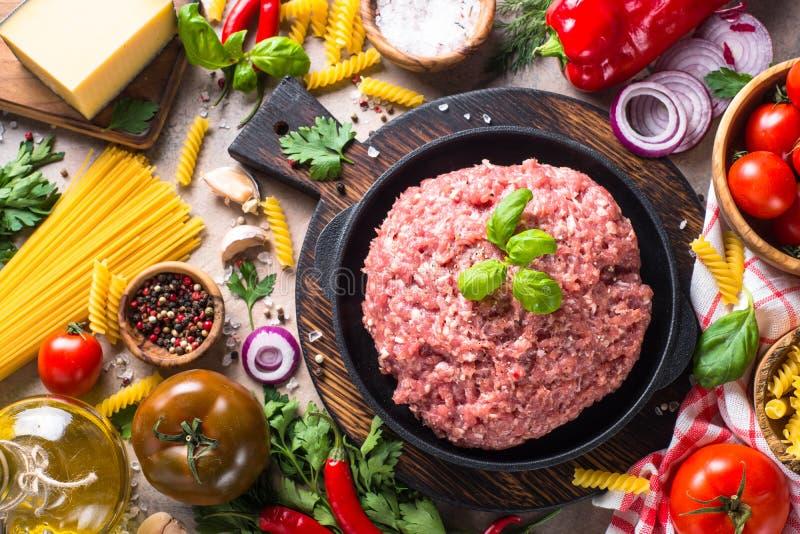 Viande hachée, pâtes et légumes images libres de droits