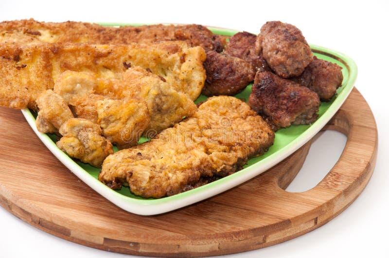 Viande mélangée d'un plat et d'un panneau en bois de cuisine image stock