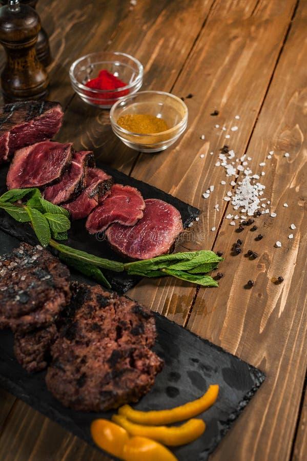 Viande, menthe, hamburgers grill?s, sur une table en bois photos libres de droits
