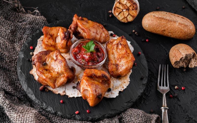 Viande ou chiche-kebab grillée, shashlik sur le pain pita avec la sauce tomate sur le panneau d'ardoise au-dessus du fond en pier photos libres de droits