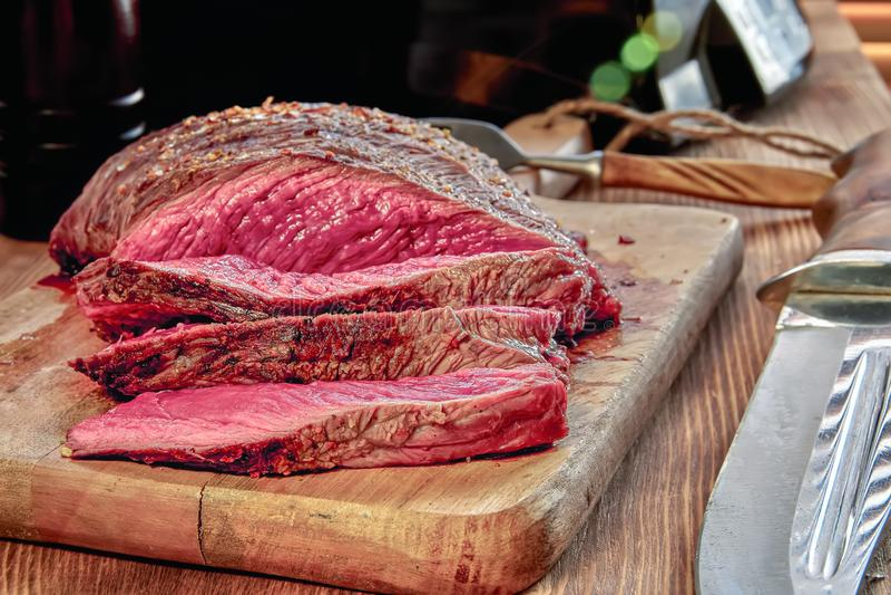 Viande rôtie avec le sang Plan rapproché bien fait de bifteck Fond en bois photographie stock