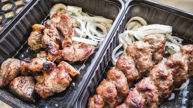 Viande rôtie sur des charbons photos stock
