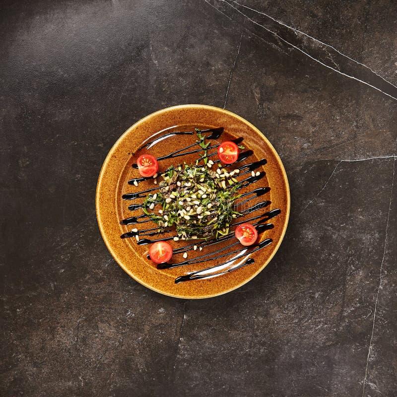 Viande rôtie, verts, pignons et vue supérieure de Brown Sause photo libre de droits