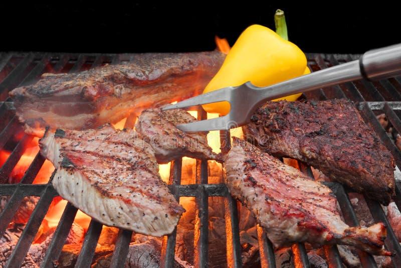 Viande rôtie mélangée sur le gril de BBQ image libre de droits