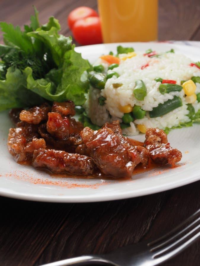 Viande, riz blanc et légumes rôtis sur la table en bois photos stock