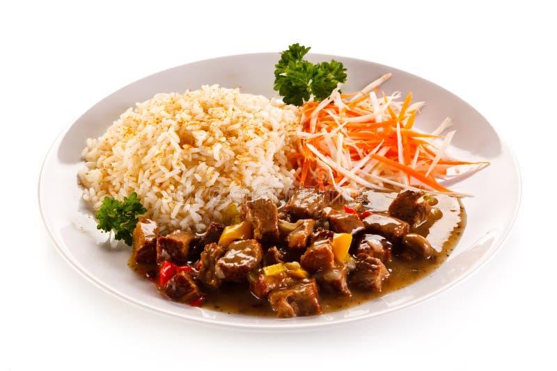 Viande, riz blanc et légumes rôtis images libres de droits