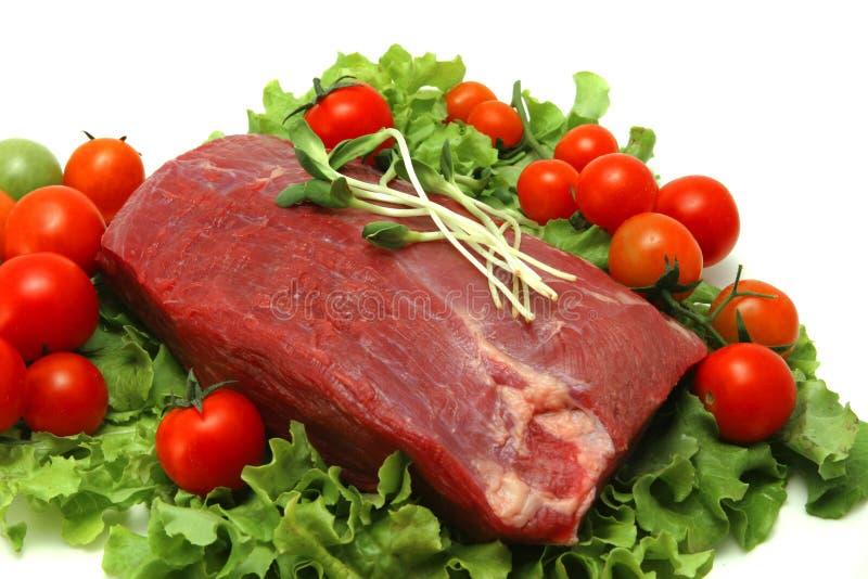 Viande rouge crue sur la lame de salade verte photographie stock libre de droits