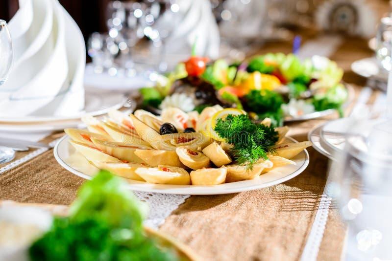Viande savoureuse réglée : étoffez les tranches, le lard, les oreilles fumées, les conserves au vinaigre et le sau photo libre de droits