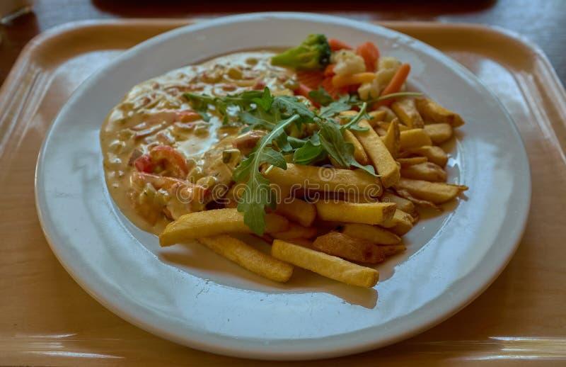 Viande sous la sauce avec les pommes chips frites photographie stock libre de droits
