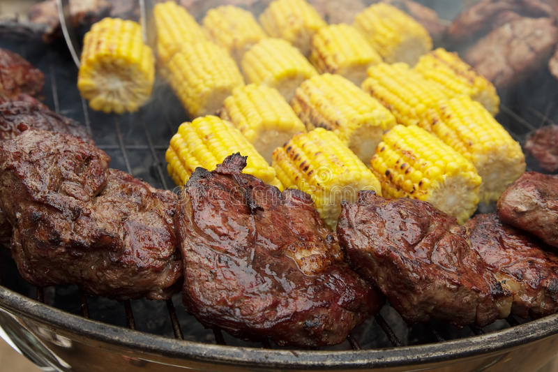 Viande sur des charbons images stock