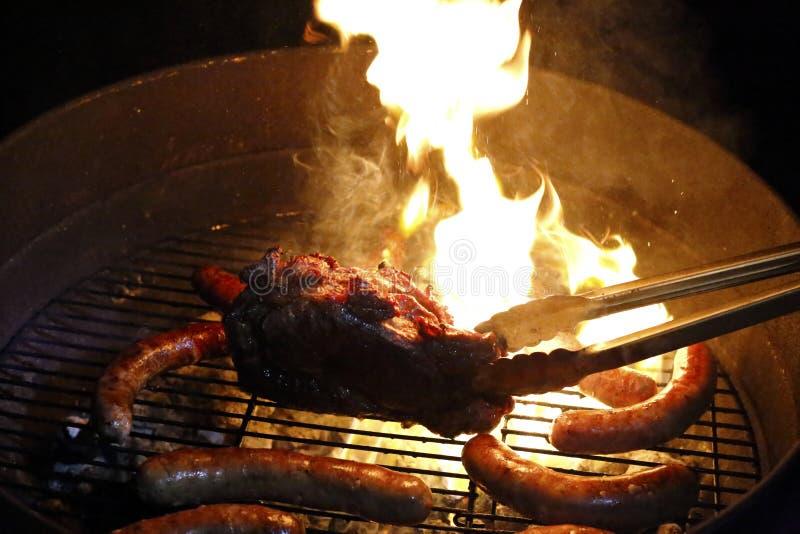 Viande sur le feu photos libres de droits